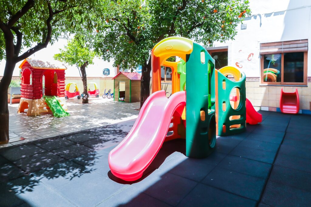 juegos de patio guardería Centro de Educación Infantil La Tata Andújar